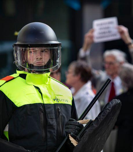 Politie houdt woord: 13 foto's van relschoppers bij Pegida-demonstratie openbaar gemaakt