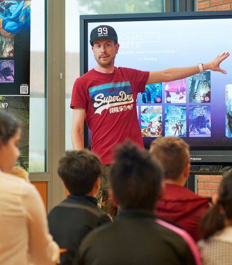 Kinderboekenschrijver Michael Reefs bezoekt basisschool De Blinkerd in Oss: 'Ik vond lezen vroeger ook niet leuk'