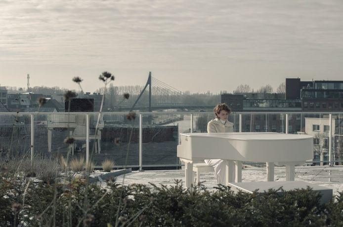 Katrien Verfaillie, op het dakterras van Residentie Budalys in Kortrijk.