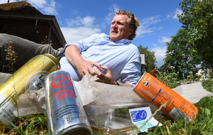 Bestuurslid Erwin Hollestelle van Goed Volk bij zelf verzameld afval.