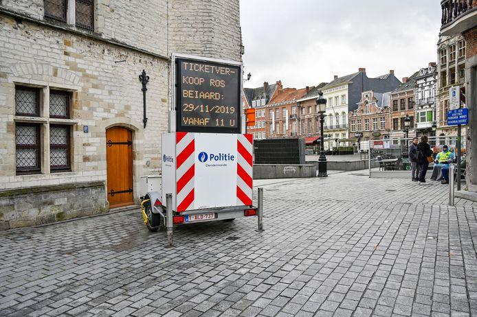Een groot lichtbord van de politie geeft al instructies aan voor wie tickets wil komen kopen.