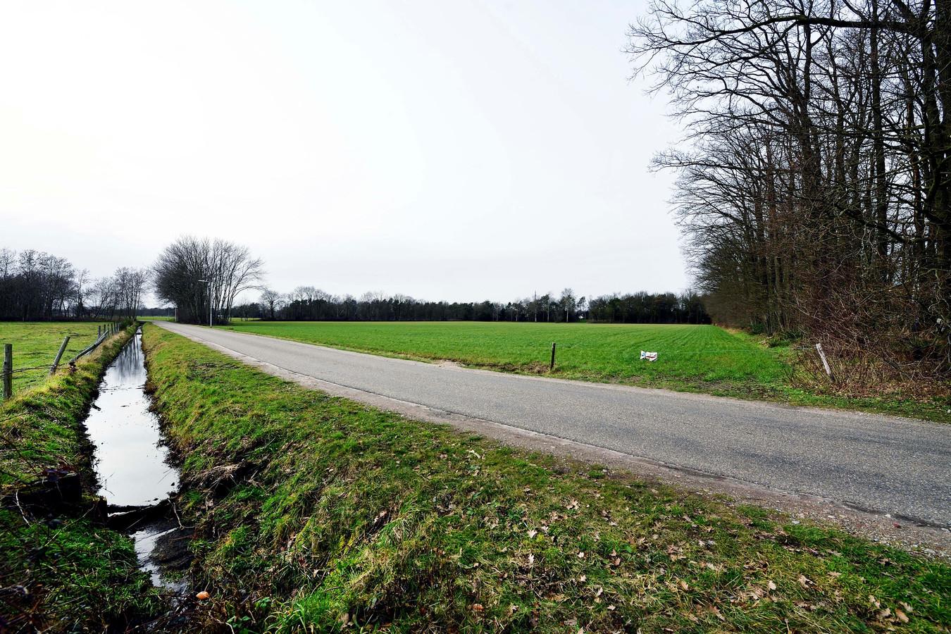 De Nispenseweg in Roosendaal, waar straks 8 hectare voedselbos wordt gerealiseerd.