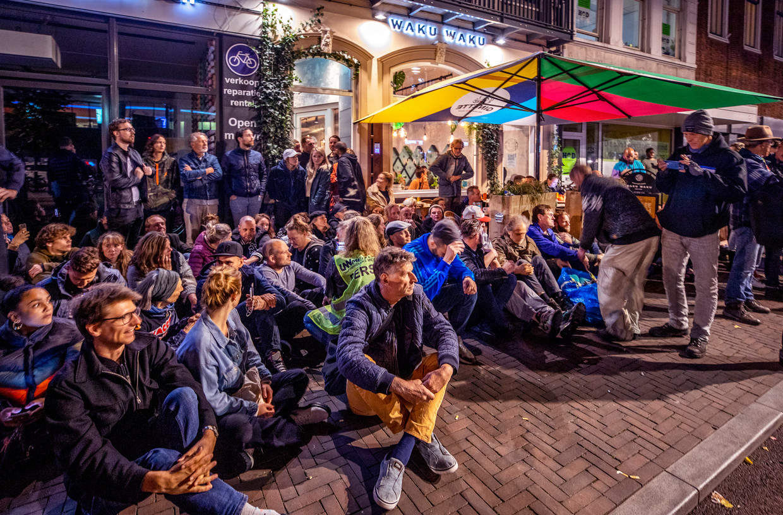 Demonstranten blokkeren de toegang van restaurant Waku Waku op het Utrechtse Vredenburg. Beeld Raymond Rutting / De Volkskrant