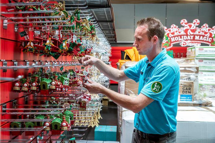 Bij de Intratuin in Nuenen zijn ze al volop bezig om de kerstshow klaar te maken. Joep Sanders heeft er de komende weken zijn handen vol aan.