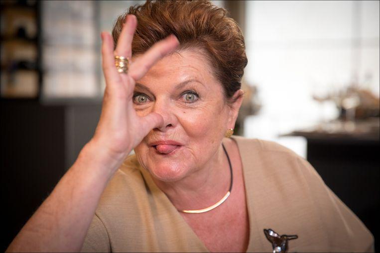 Janine Bischops maakt plezier op de set van Familie