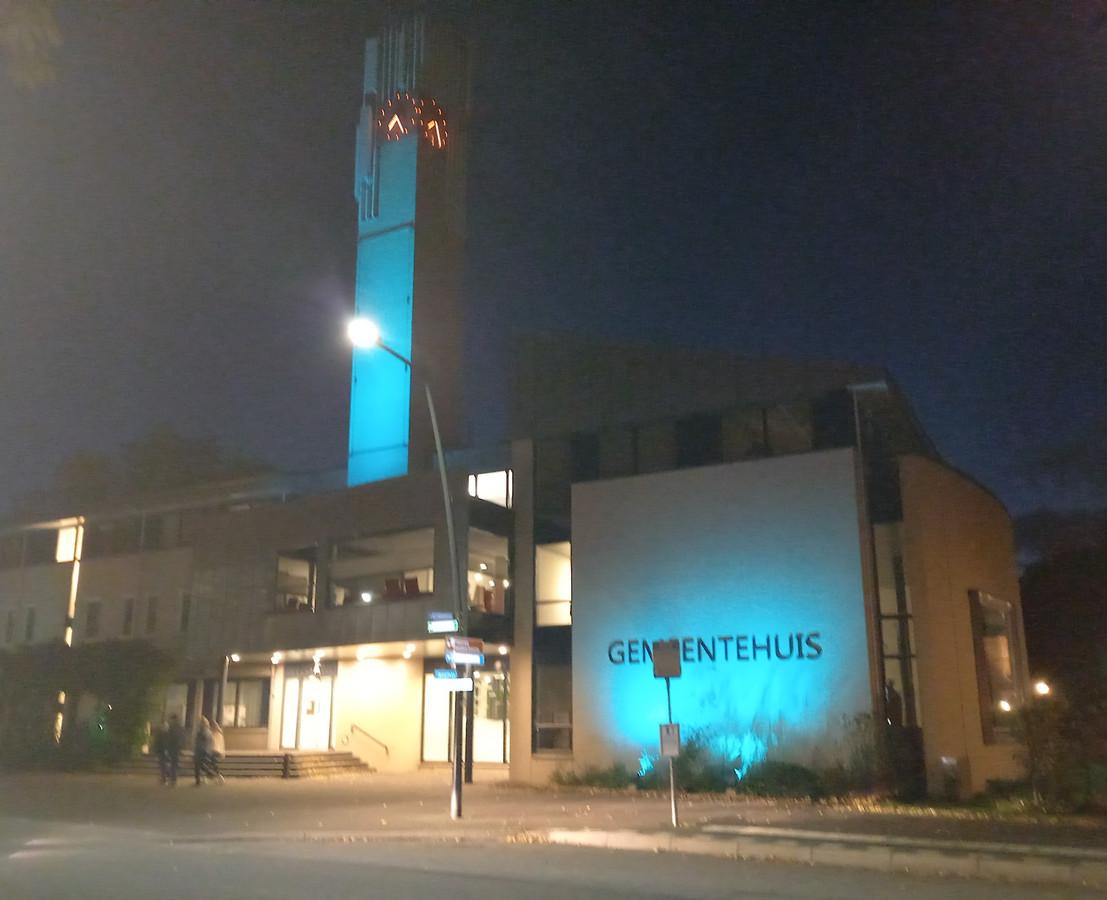 Blauw is nu de kleur van de muren van het gemeentehuis in Groesbeek.