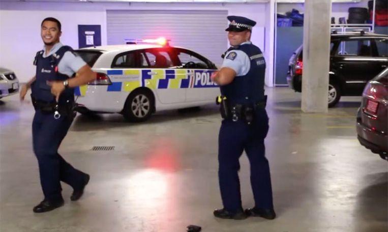 Politie van Nieuw-Zeeland verovert de wereld met hilarisch dansje