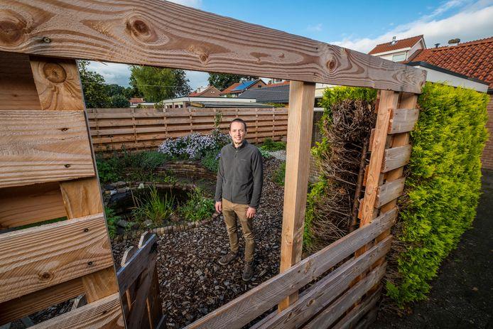 Joseph Simon in zijn klimaatvriendelijke tuin in 't Harde.