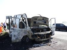 Bestelbusje brandt uit op A15, file vanaf knooppunt Deil
