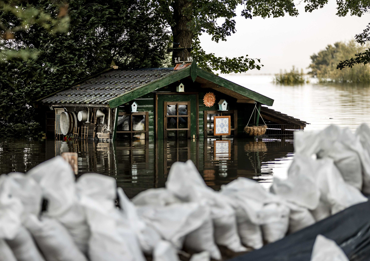 Een tuinhuis is onder water gelopen in Well. De hevige regenval en overstromingen in Noord-Limburg hebben voor veel schade gezorgd.