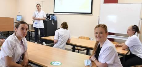 Bossche studenten gaan GGD helpen bij het zetten van 12.500 prikken per dag: 'Het gaat om een bepaalde handigheid die je niet snel verleert'