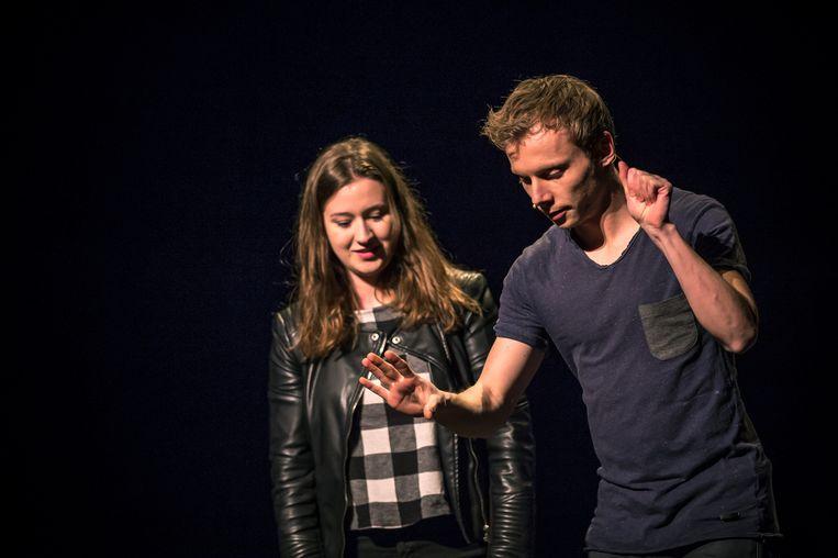 Goochelaar Nicholas Arnst tijdens een show in de Stadsschouwburg te Kortrijk. Beeld rv Pieter Verhaeghe