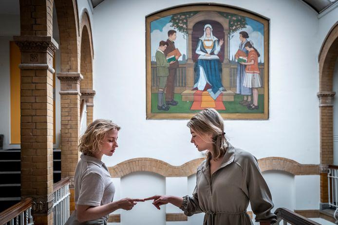 Lotte Timmermans  (r) en Lara Knoops krijgen een subsidie van het Prins Bernhard Cultuurfonds om hun dansproductie 'Doe maar niet' te realiseren.