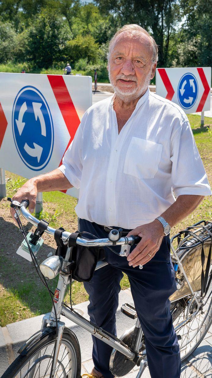 Martien Kroezen op de nieuwe rotonde bij Engelen.