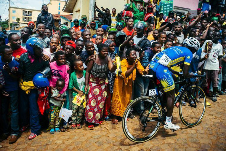 Didier Munyameza van het nationale team van Rwanda wordt door zijn landgenoten luidkeels aangemoedigd als hij de Muur van Kigali beklimt  tijdens de Ronde van Rwanda, november 2017.  Beeld Getty Images