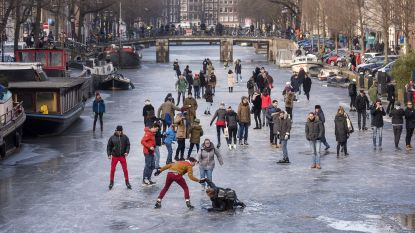 Grachten in Amsterdam compleet dichtgevroren en schaatsers kunnen plezier niet op