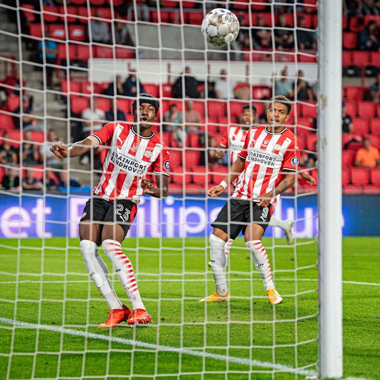 Noni Madueke ziet hoe zijn bal in de goal verdwijnt na een goede aanval in de wedstrijd tegen FC Emmen op 19 september, 2020. Beeld Guus Dubbelman / de Volkskrant