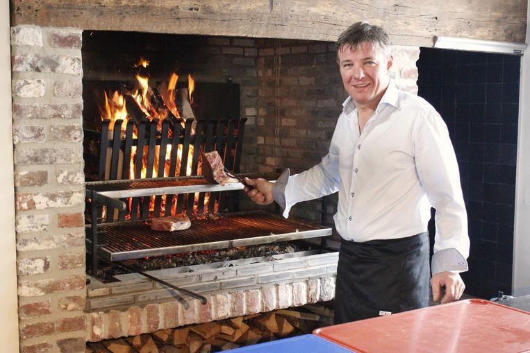 José Vanbeselaere specialiseert zich in Het Tomme Goed in gegrild vlees op het haardvuur.