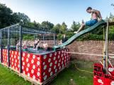 Een zwembad bouwen uit bierbakken? Deze Nederlanders deden het