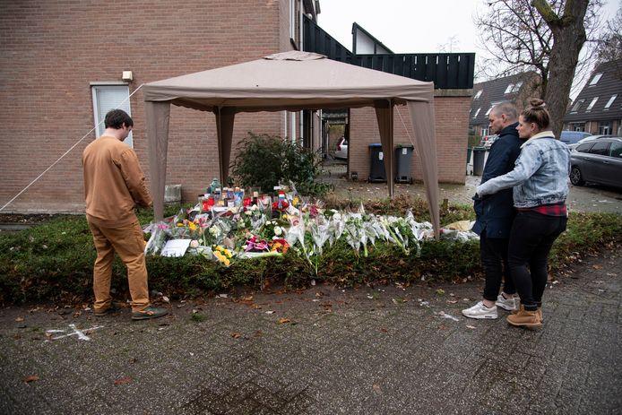 In de Wijchense woonwijk De ververt ontstond een bloemenzee onstaan op de plek waar de 42-jarige om het leven kwam.