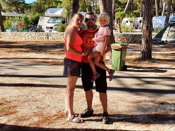 Robby De Baerdemaeker (35) uit Roosdaal, zijn vrouw Daisy Mary (35) en hun dochtertje Aynunah (5) uit Roosdaal. Hun twee andere kindjes doen ondertussen een dutje.