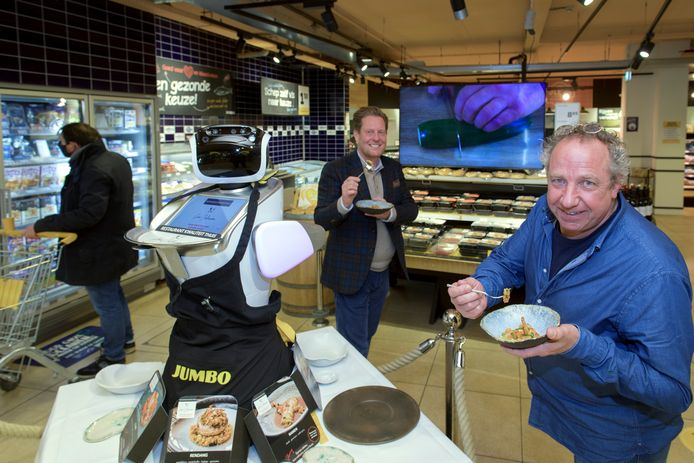 Chef-kok Nico Klaver van restaurant 't Kalkoentje in Rhenen, in de Jumbo in Elst waar hij tegenwoordig thuismenu's verkoopt die hij zelf heeft ontwikkeld. Achter hem staat filiaalmanager John Macleane.