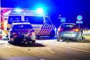 Twee agenten raakten zaterdagavond betrokken een aanrijding op de snelweg in Nuenen. Een van hen overleed.