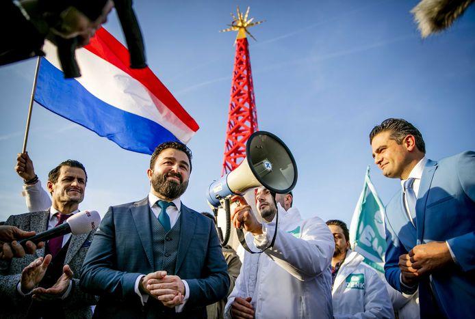 Kuzu (rechts van de megafoon) en Öztürk (links van de megafoon) nog gebroederlijk bij een manifestatie.