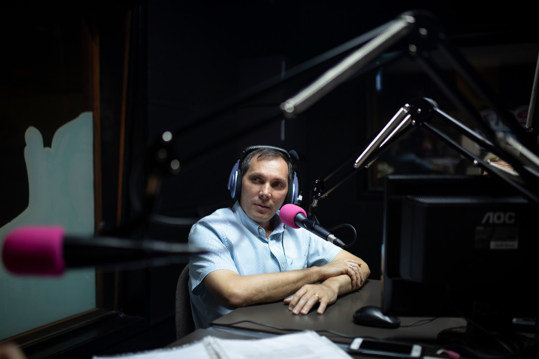 Isnardo Bravo in de studio van Center FM, dat niet in handen van de Venezolaanse regering is.  Beeld Andrea Hernandez