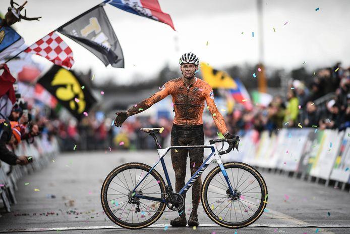 Mathieu van der Poel pakt zijn derde wereldtitel veldrijden.