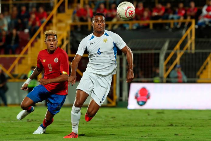 Jeremy de Nooijer (rechts) duelleert met Jose Guillermo Ortiz, tijdens de wedstrijd van vorige maand in en tegen Costa Rica. Dat duel eindigde in 0-0.