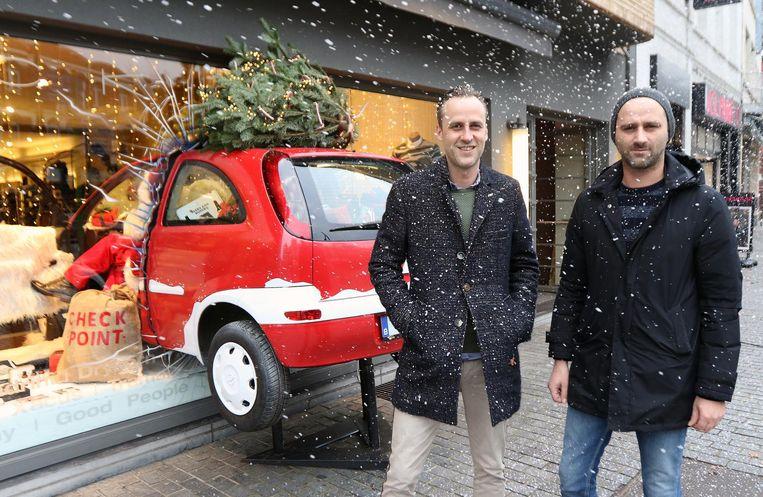 Niels en Michaël bij hun originele etalage.