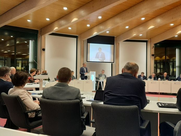 Burgemeester Jan Westmaas spreekt de gemeenteraad in de Noordoostpolder toe.