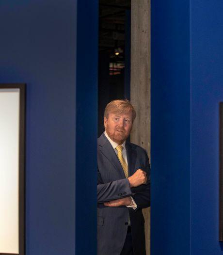 Koning Willem-Alexander bewondert Eregalerij in Nederlands Fotomuseum