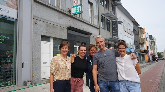 Eline Vinck, Elke Vijt, Katrijn De Backer, Carl Polet en Eva Peirsman voor de deur van het voormalig restaurant Best waar Studio Kollektive volgend jaar de deuren opent.