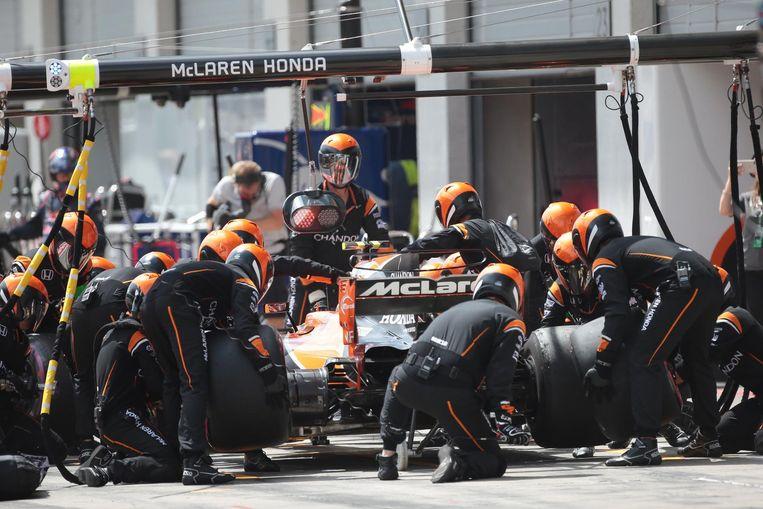 De pitstop van Vandoorne verliep vlekkeloos, maar toen hij weer op de baan kwam kreeg hij een drive-through penalty van de jury. Beeld De Coster