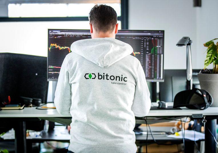 Een medewerker van Bitonic, een bedrijf dat euro's omwisselt in bitcoins of andere cryptovaluta. Beeld Hollandse Hoogte/ANP