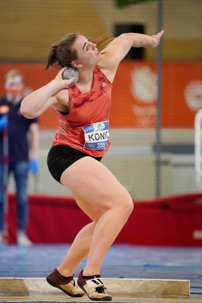 Benthe König onderweg naar een bronzen medaille op de NK atletiek in Apeldoorn.