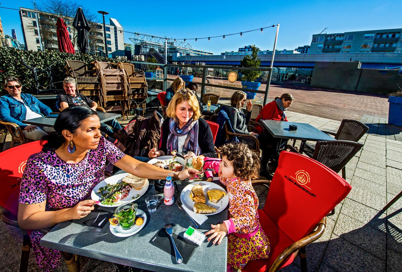 Het stadsbestuur van Capelle aan den IJssel wil overkapping en verwarming van terrassen toestaan.
