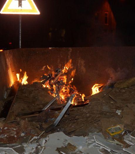 Politie en brandweer blussen brand in bouwcontainer in Sprang-Capelle