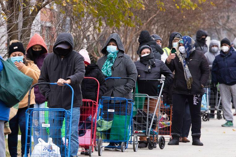 Amerikanen staan in de rij voor gratis voedsel in Washington, DC. Beeld EPA