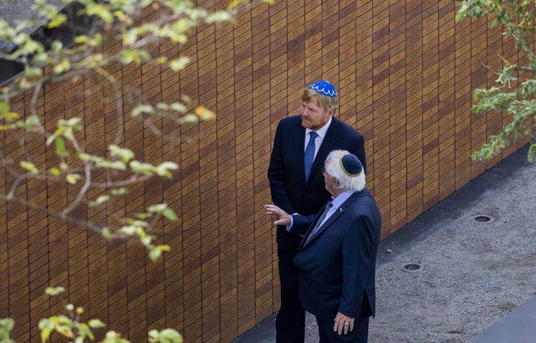 Koning Willem-Alexander samen met Jacques Grishaver tijdens de onthulling van het Holocaust Namenmonument in Amsterdam.  Beeld ANP