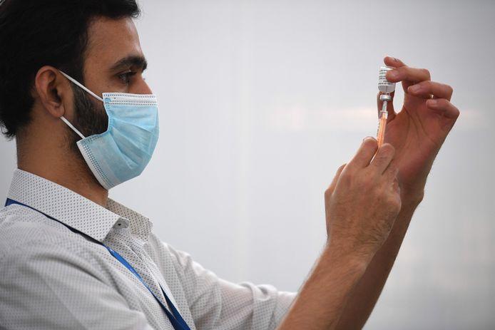 In het Verenigd Koninkrijk wordt het coronavaccin van de universiteit van Oxford en farmaceut AstraZeneca al gebruikt.