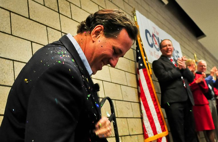 Rick Santorum gisteren in Blaine, Minnesota, waar hij zich ontdoet van confetti. Beeld getty