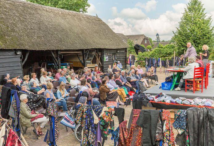 Als gevolg van de coronacrisis ging het museum dicht en werden de streekgerechtendag en de kledingveiling (foto) afgelast waardoor Museum Staphorst flink wat inkomsten misliep.