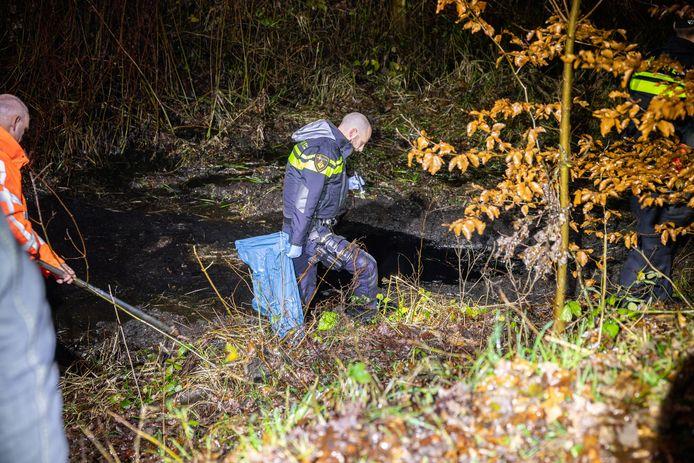 De politie zocht na de berging nog enige tijd naar achtergebleven voorwerpen.