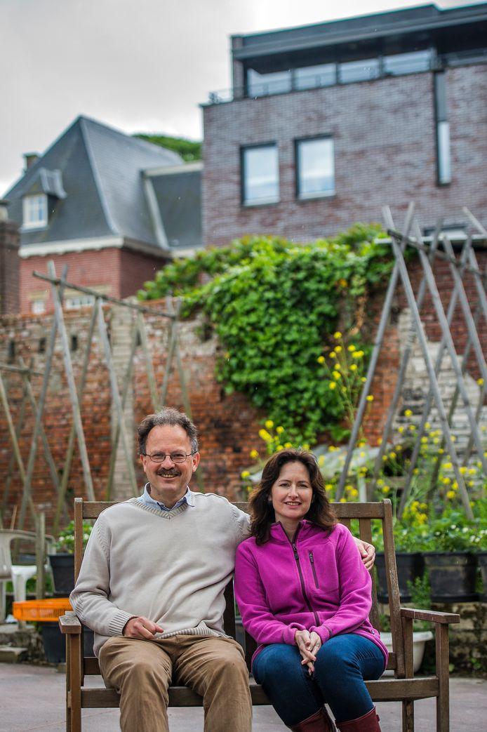 Gerrit Gielen en Pamela Kribbe in hun tuin, achter de huizen van het Wilhelminapark.