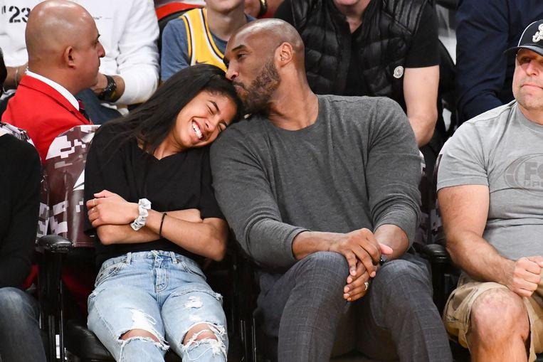 Kobe Bryant en zijn dochter Gianna tijdens de wedstijd tussen de LA Lakers en de Atlanta Hawks in november 2019.  Beeld Getty Images