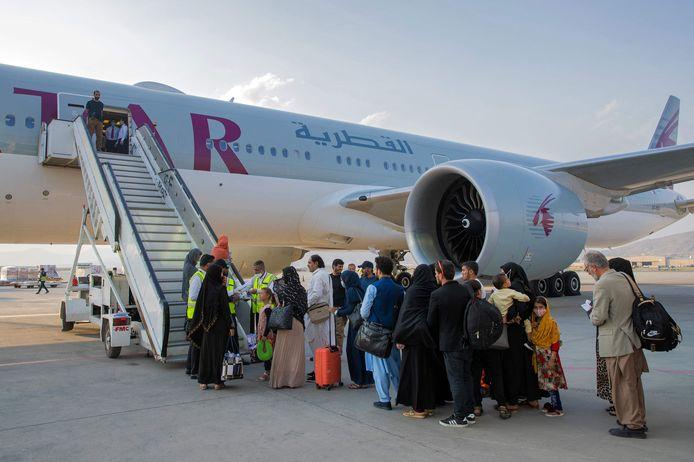 Mensen nemen in Kaboel een vliegtuig van Qatar Airways. De mensen op deze foto komen niet voor in het verhaal.