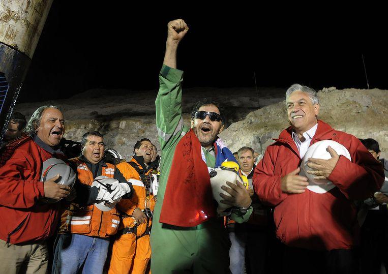 Luis Urzua samen met Chileens president Sebastian Pinera in oktober 2010. Urzua was de laatste mijnwerker die na meer dan twee maanden onder de grond gered werd.   Beeld AP